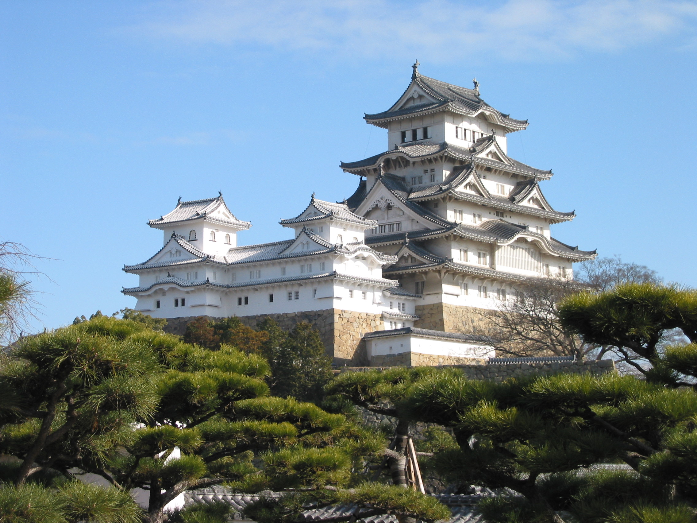 http://www.ecole-varadi.ch/wp-content/uploads/Himeji_Castle_The_Keep_Towers.jpg